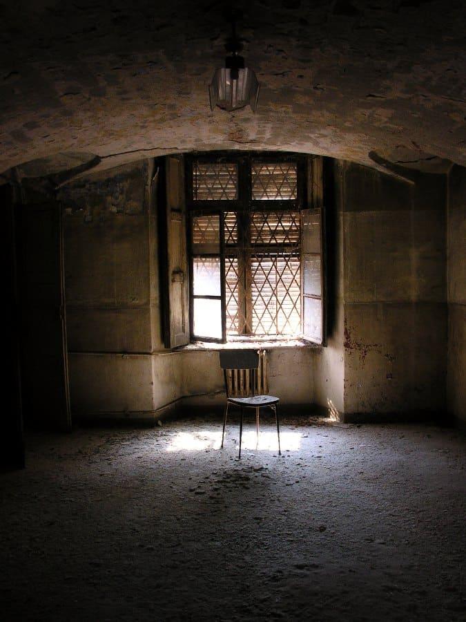 Sedia in stanza vuota